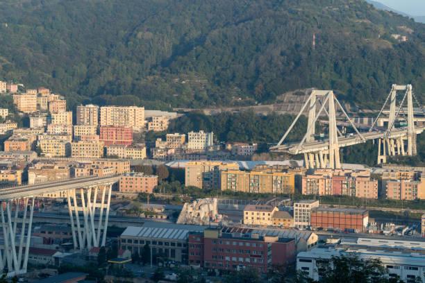 gênes, italie. les restes du pont morandi, une fois une section réduite - pont gênes photos et images de collection