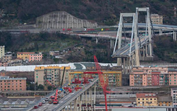genova, gênes, italie: les travaux de démolition, démontage des œuvres pour démonter ce qui reste de ponte s'est effondré morandi (pont de morandi) - pont gênes photos et images de collection