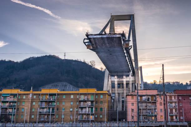 genova, gênes, italie: que reste-t-il de ponte s'est effondré morandi (pont de morandi) - pont gênes photos et images de collection