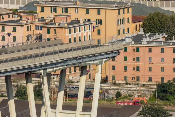 genova il ponte morandi dopo il crollo - pont gênes photos et images de collection