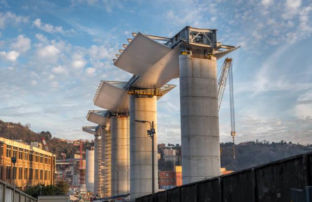 genova, italie, chantier de construction où s'est effondré le pont morandi - pont gênes photos et images de collection