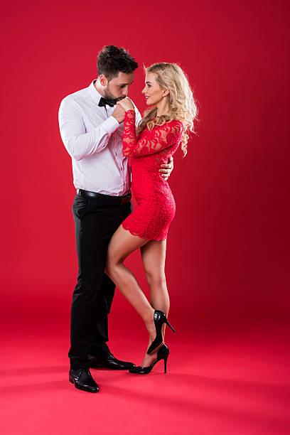 Gentelman besar la mano de su novia - foto de stock