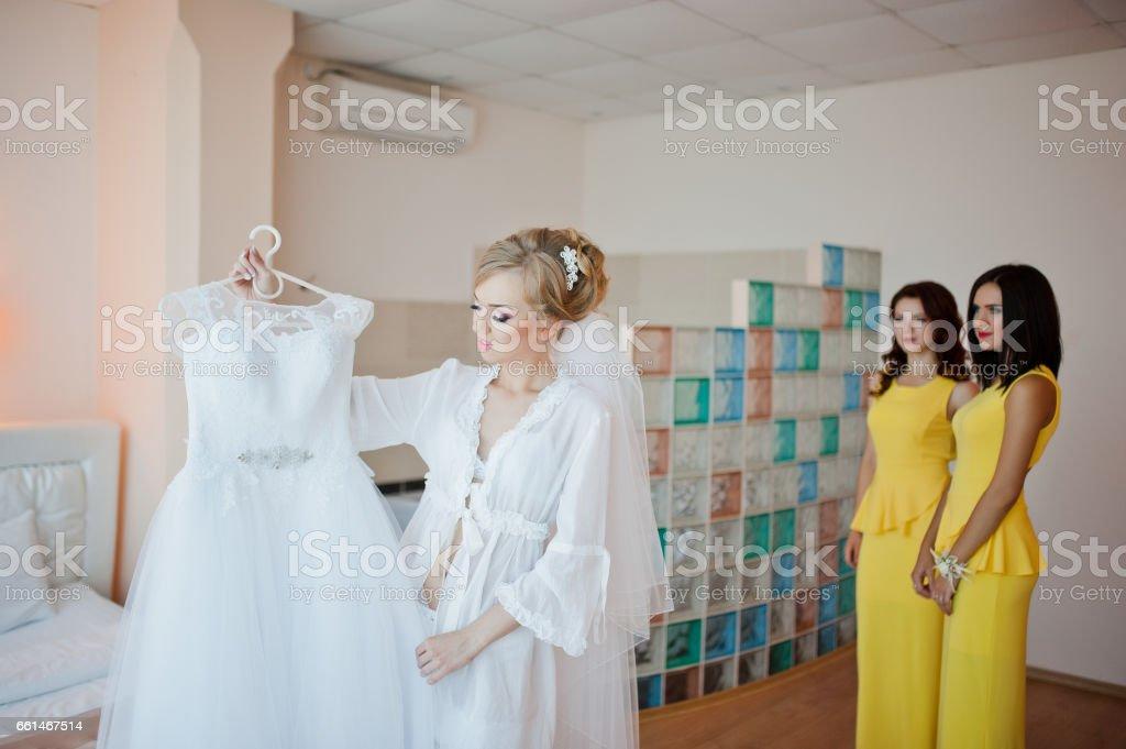 Foto De Noiva Loira Gentil Com Damas De Honra No Vestido