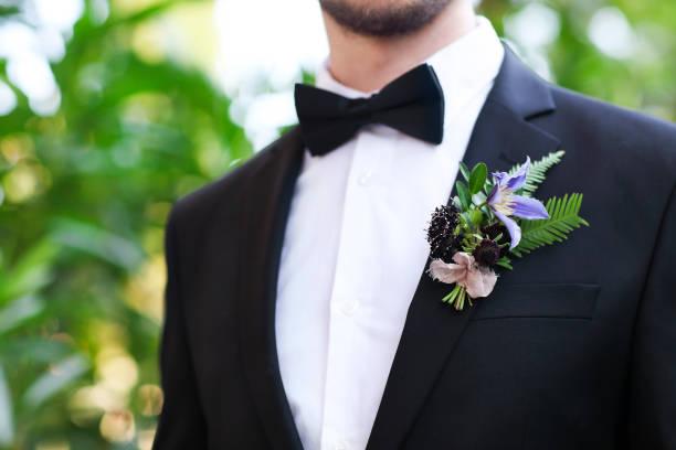 sanfte bräutigam boutonniere - hochzeitsanzug herren stock-fotos und bilder