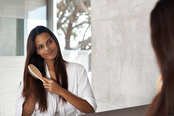 pflege für gesundes haar - feminine badezimmer stock-fotos und bilder