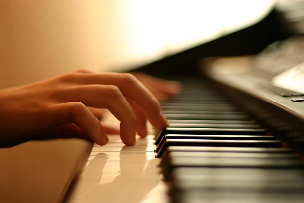 sanfte klaviermusik - kreatives schreiben übungen stock-fotos und bilder
