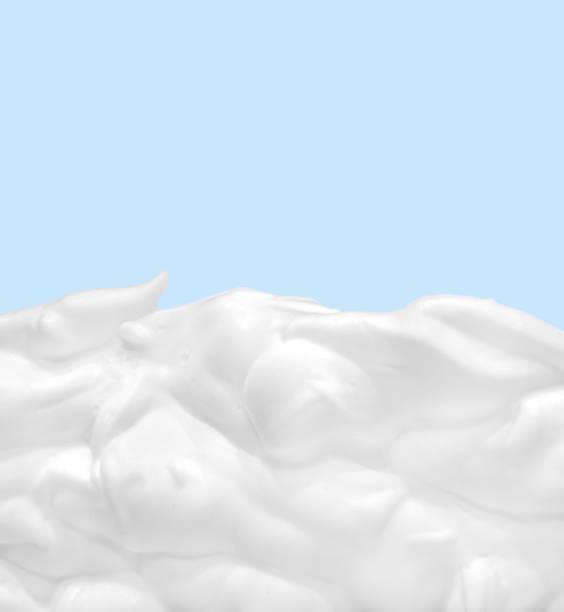 Sanfte weiße kosmetische Creme auf blauem Hintergrund. – Foto