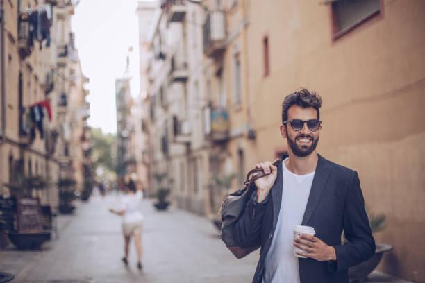 市のバッグと紳士 - ビジネスカジュアルファッション ストックフォトと画像