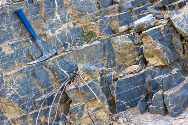 geologiska hammare på klipporna - geologi bildbanksfoton och bilder