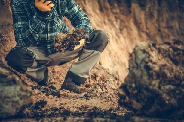 geolog sprawdzanie gleby - geologia zdjęcia i obrazy z banku zdjęć