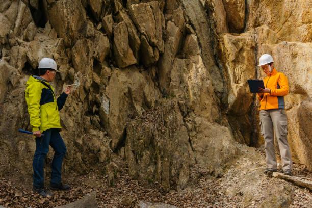 geologów przed skałami w kanionie - geologia zdjęcia i obrazy z banku zdjęć