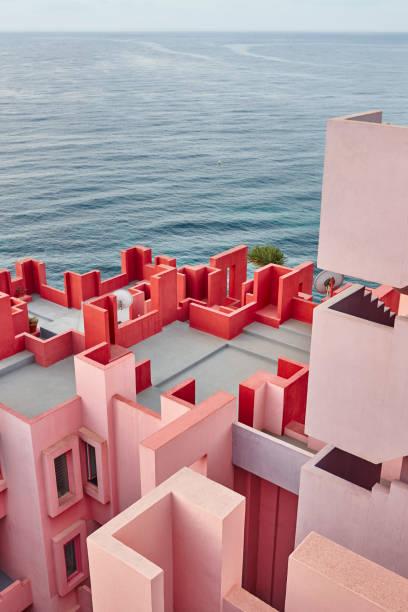 Geometrische Hochbau. Die rote Wand, La Manzanera. Calpe – Foto