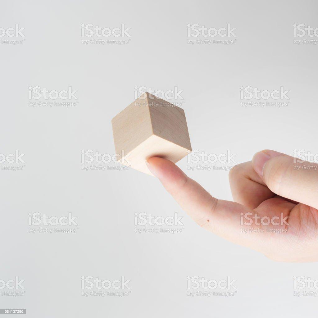 geometrische echte houten kubus zweven aan kant royalty free stockfoto