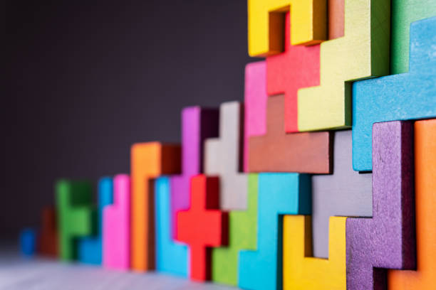 geometryczne kształty na drewnianym tle. - grupa przedmiotów zdjęcia i obrazy z banku zdjęć