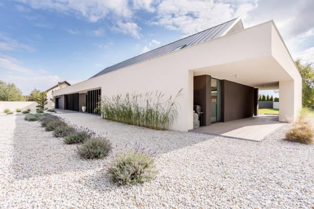 geometrischen stil villa - gartenkies stock-fotos und bilder