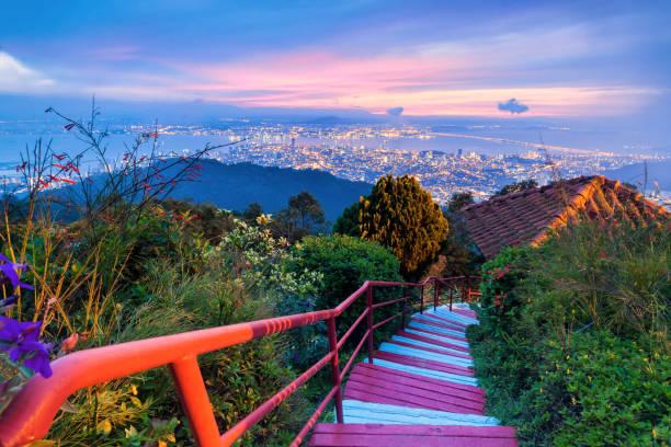 george town stadtansicht von penang hill während der dämmerung - schönste reiseziele der welt stock-fotos und bilder