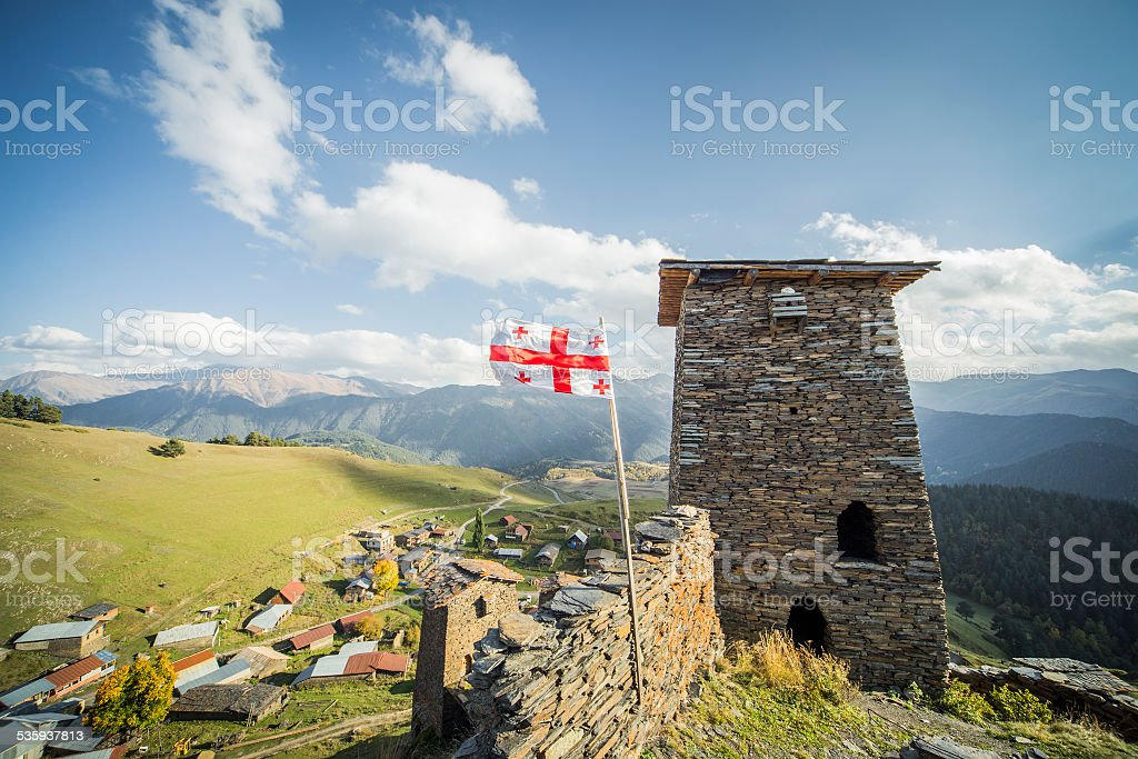 Bandera de Georgia del turismo mountain village towers - foto de stock