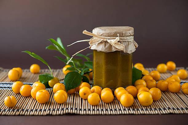 georgian délicieux sauce tkemali de prune épais - mirabelle photos et images de collection