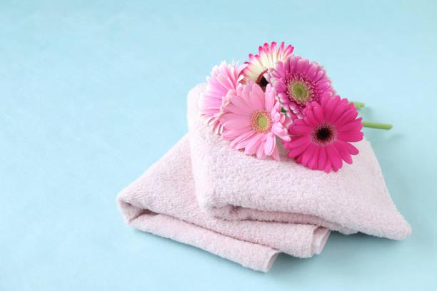 buket gerbera dan handuk - small towel gift  potret stok, foto, & gambar bebas royalti