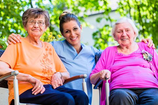 Geriatric Nurse Having Chat With Senior Women - サービスのストックフォトや画像を多数ご用意