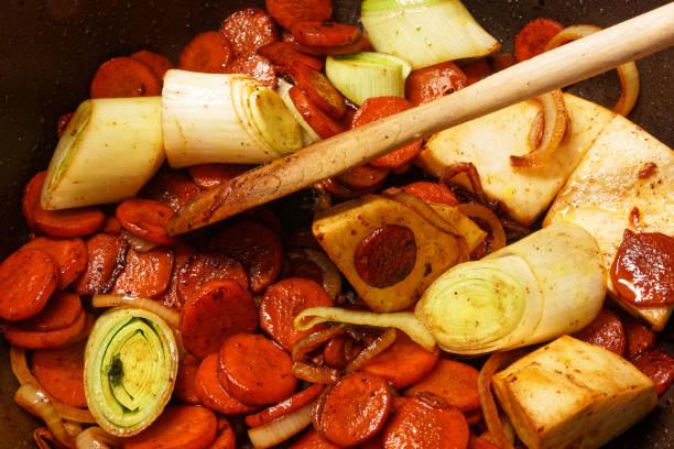 gericht aus fleisch und gemüse eintopf - schweinegulasch stock-fotos und bilder