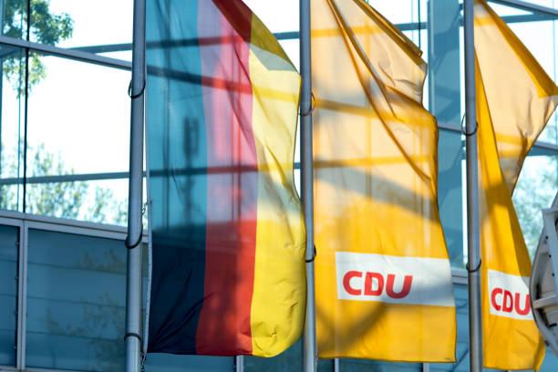 berlin, deutschland - 7. mai 2017: deutsch und cdu fahnen - la union stock-fotos und bilder