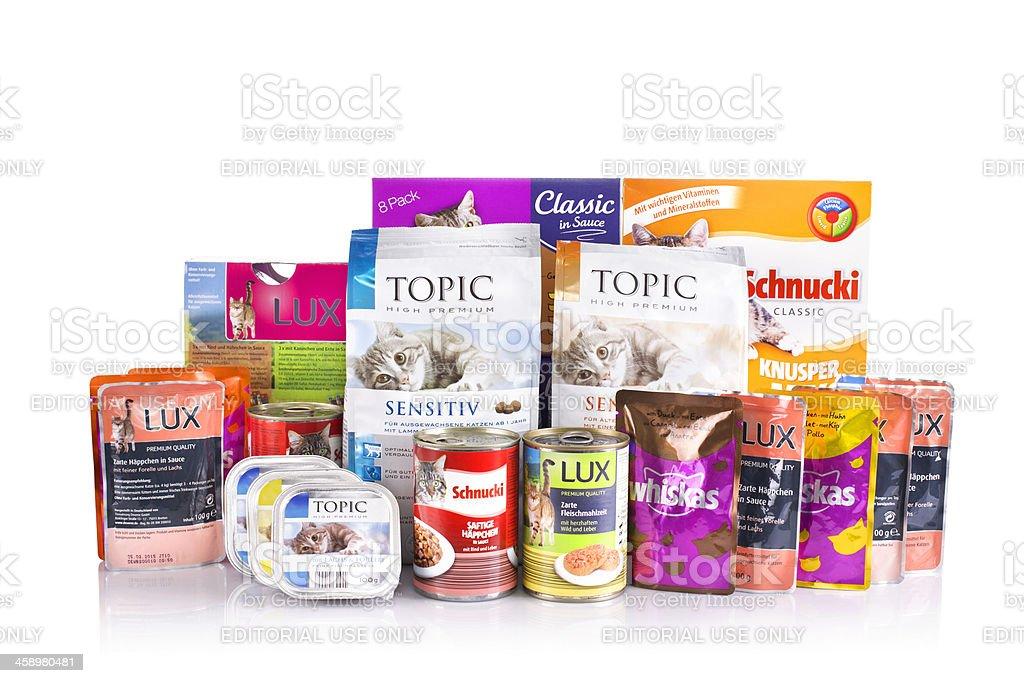 Alemán variedad de ver, los alimentos para gatos en blanco - foto de stock