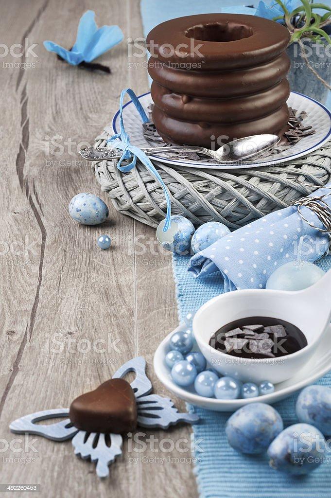 Deutsche baumkuchen mit blauen Frühling Dekoration – Foto