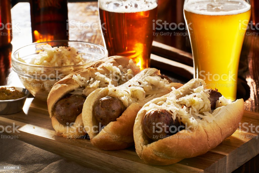 tyska bratwursts och surkål med öl bildbanksfoto