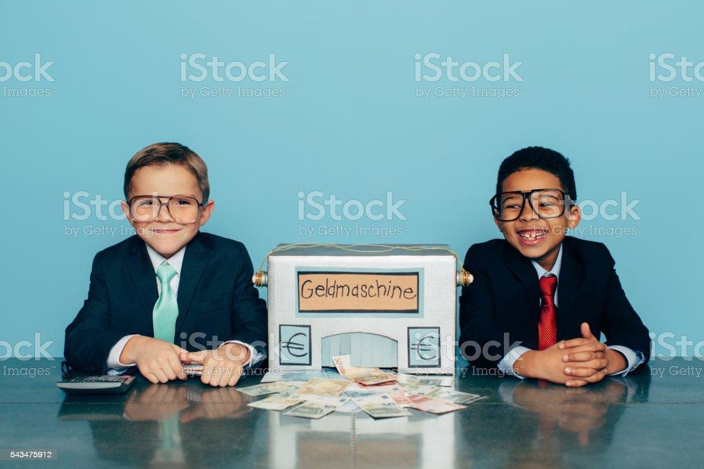 Deutsch Geschäfts Jungen machen Euro mit hausgemachten Geld-Maschine Lizenzfreies stock-foto