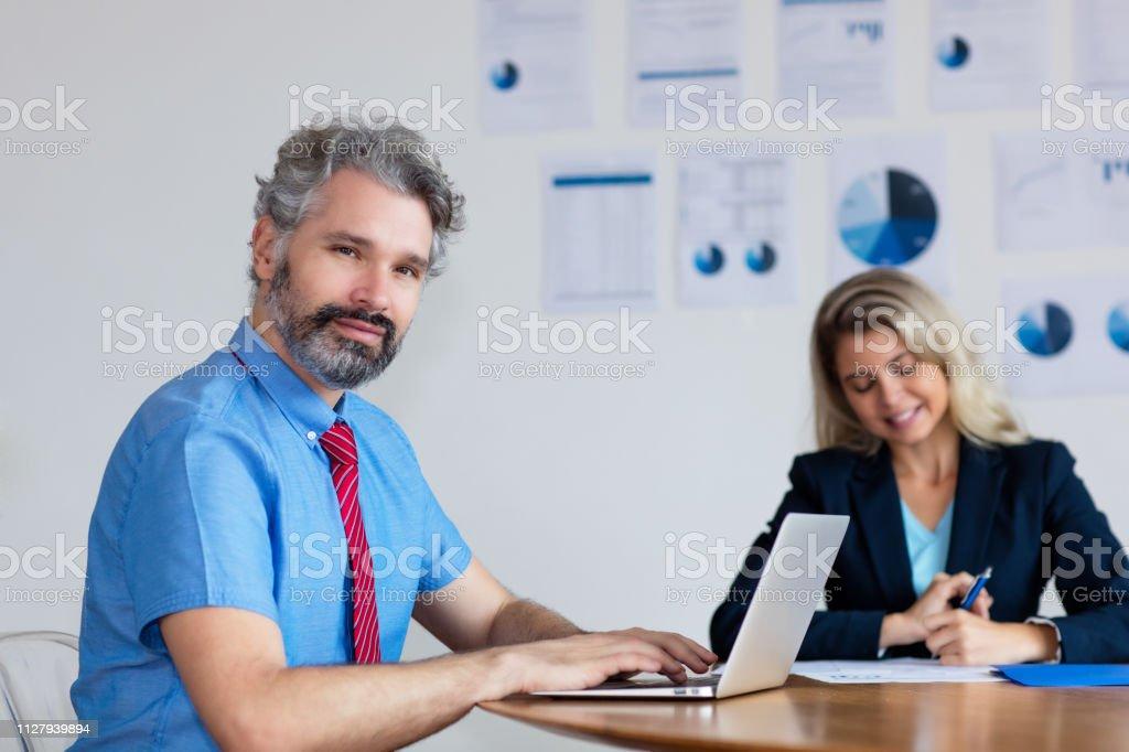 Hombre de negocios alemán con canas, trabajo en equipo - foto de stock
