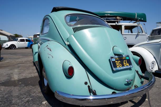 deutsche auto-enthusiasten zu sammeln, um kontakte zu knüpfen und ihre oldtimer volkwagen anzeigen - patina farbe stock-fotos und bilder
