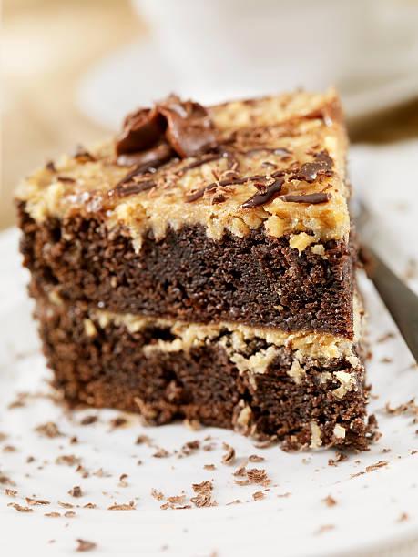 german chocolate cake - deutscher schokoladen zuckerguss stock-fotos und bilder