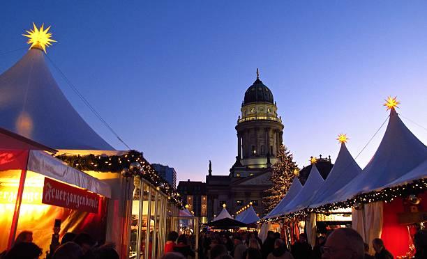 berlin deutschen weihnachtsmarkt gendarmenmarkt stände und deutscher dom - weihnachtsmarkt am gendarmenmarkt stock-fotos und bilder