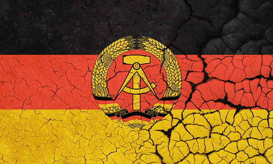 ドイツ民主共和国旗の危機 - ひびが入ったのストックフォトや画像を ...