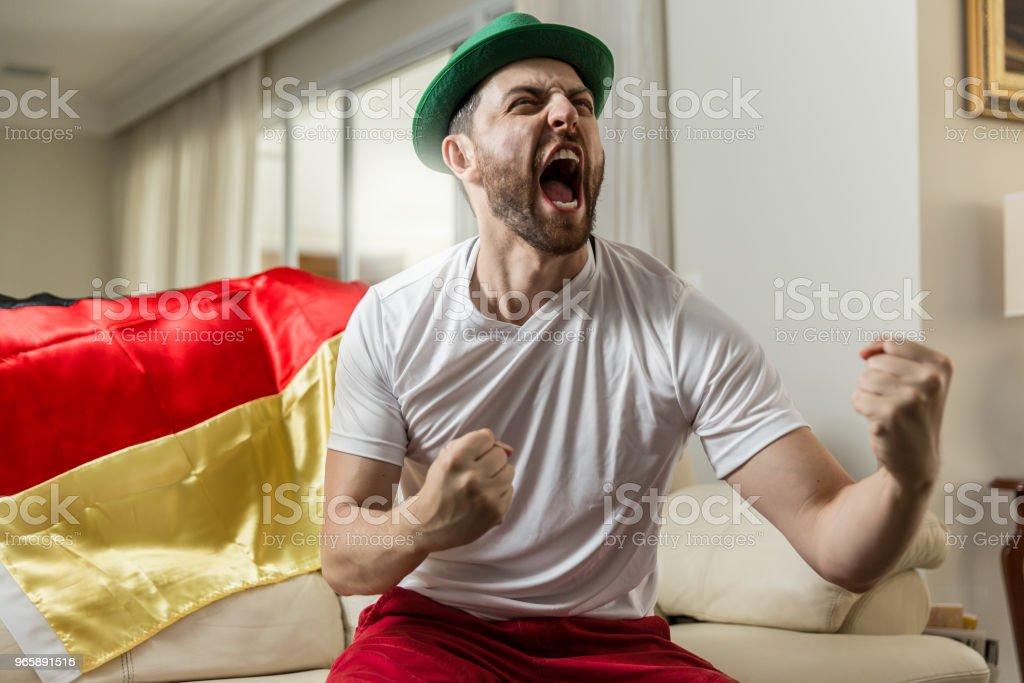 Duitse fan vieren thuis - Royalty-free Alleen mannen Stockfoto