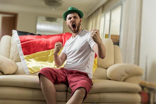 Duitse Fan Vieren Thuis Stockfoto en meer beelden van Alleen mannen