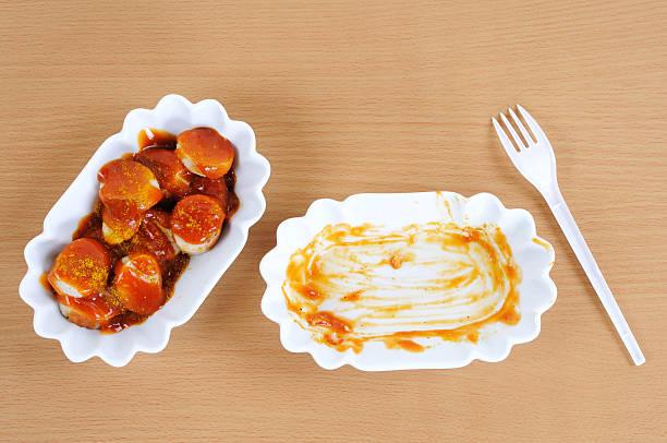 deutsche fast-food-curry wurst leer und voll - currywurst stock-fotos und bilder