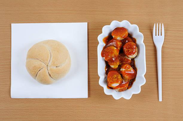 deutsche fast-food-curry wurst top view - currywurst stock-fotos und bilder