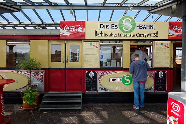 deutsche fast-food - currywurst stock-fotos und bilder