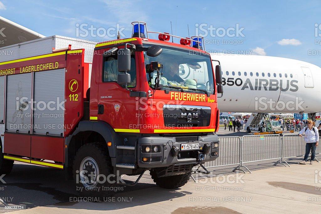 El servicio alemán de fuego camión está en el aeropuerto foto de stock libre de derechos