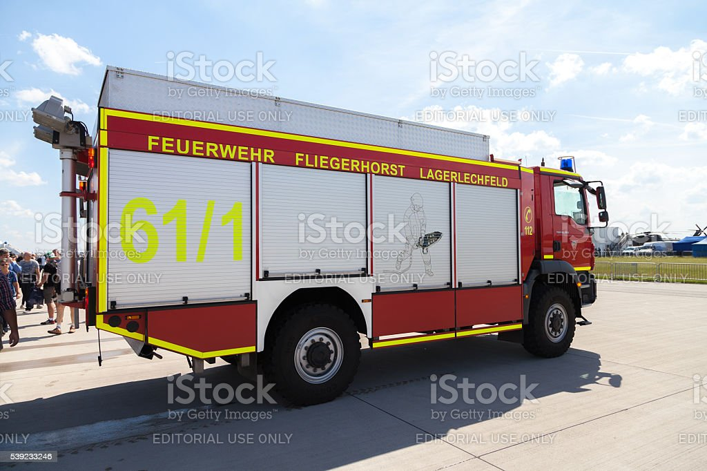 Caminhão de bombeiro alemão fica no aeroporto foto royalty-free