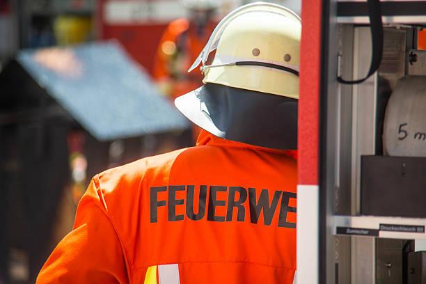 deutsche fireman bei der arbeit - feuerwehrmann deutsch stock-fotos und bilder