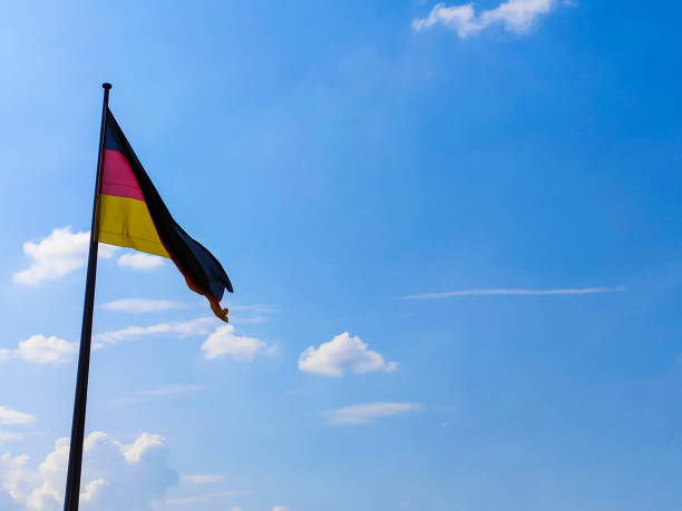deutsche flagge. vor dem hintergrund des blauen himmels. - spielerfrauen stock-fotos und bilder