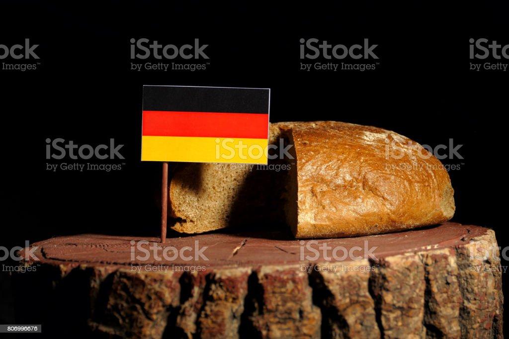 Deutsche Flagge auf einem Baumstumpf mit Brot isoliert – Foto