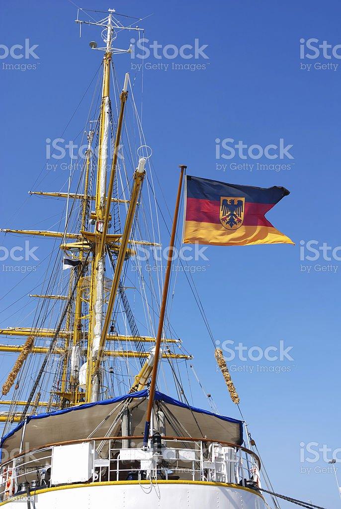 Drapeau allemand sur le bateau à voile photo libre de droits