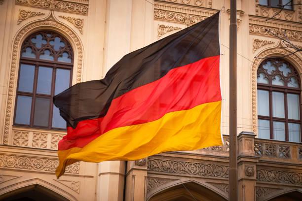 drapeau allemand ondulant dans le vent - drapeau allemand photos et images de collection