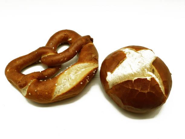 deutsche lauge kekse auf einem weißen hintergrund - laugenstangen stock-fotos und bilder