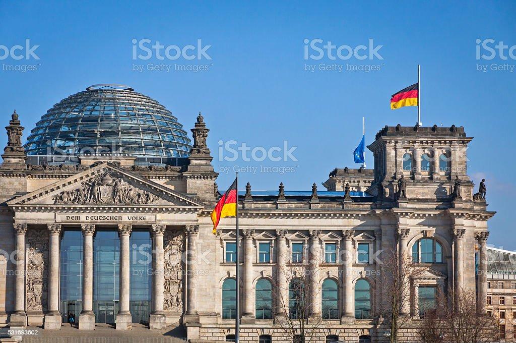 Deutsch-Fahnen winken vor deutschen Parlament buildi – Foto
