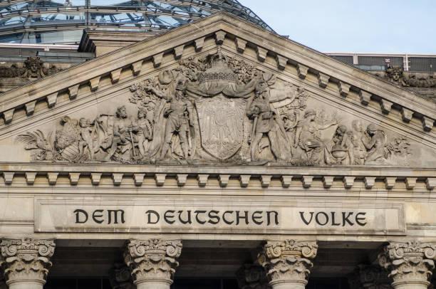 deutsche parlamentsgebäude (reichstag) in berlin, detail am eingang. - merkel cdu stock-fotos und bilder